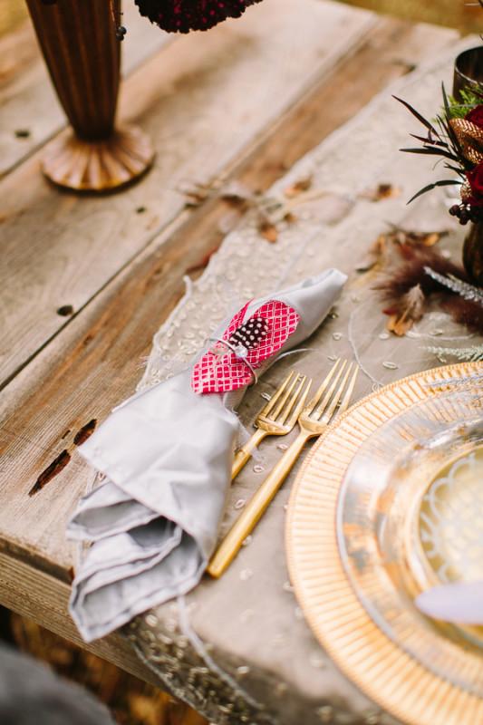 alternative-wedding-napkin-ideas-bohemain-feather-napkins