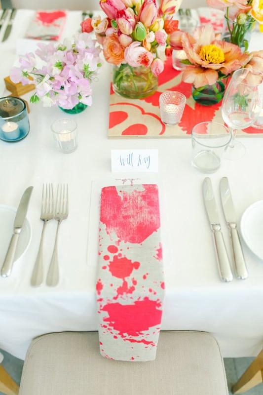 alternative-wedding-napkin-ideas-spot-colour