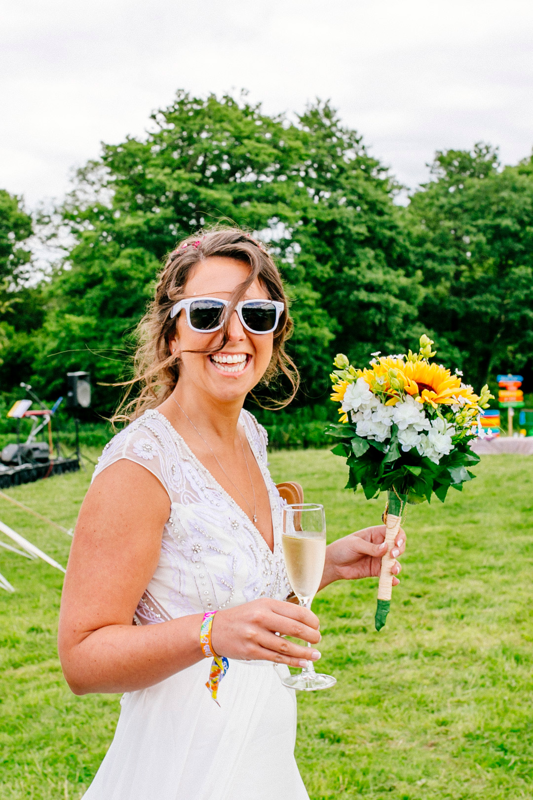festival-bride-with-sunflower-bouquet-glastonbury-festival-wedding-els-photography