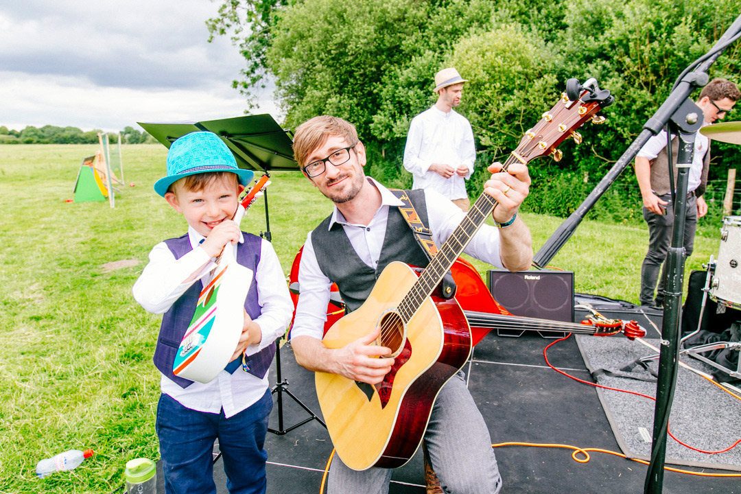 acoustic-music-glastonbury-themed-festival-wedding-els-photography