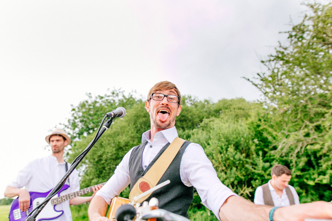 vintage-style-acoustic-band-glastonbury-themed-festival-wedding-els-photography
